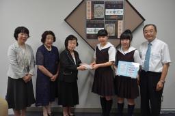 カードを手渡す内田会長(左から3人目)ら